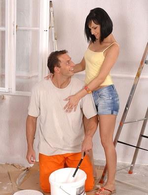 Пока мужа не было дома, жена отсосала строителю в прихожей