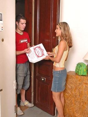 Доставщик пиццы трахнул в рот женщину и угостил спермой