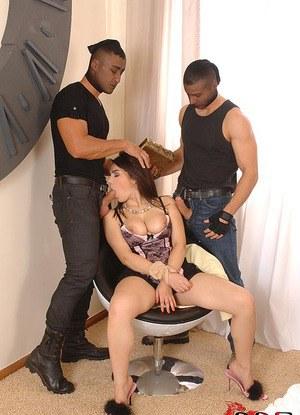 Соблазнительная мамочка отсасывает два члена и улыбается от счастья