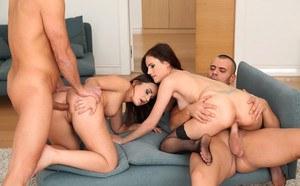 Эротичные жены делают минет мужьям перед групповухой
