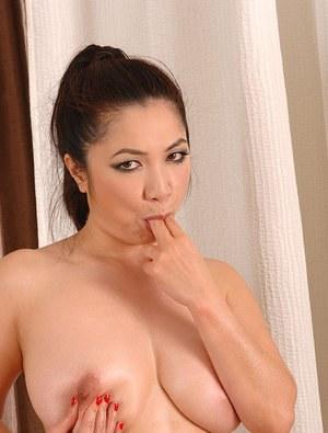 Азиатка делает оральный массаж в кабинете