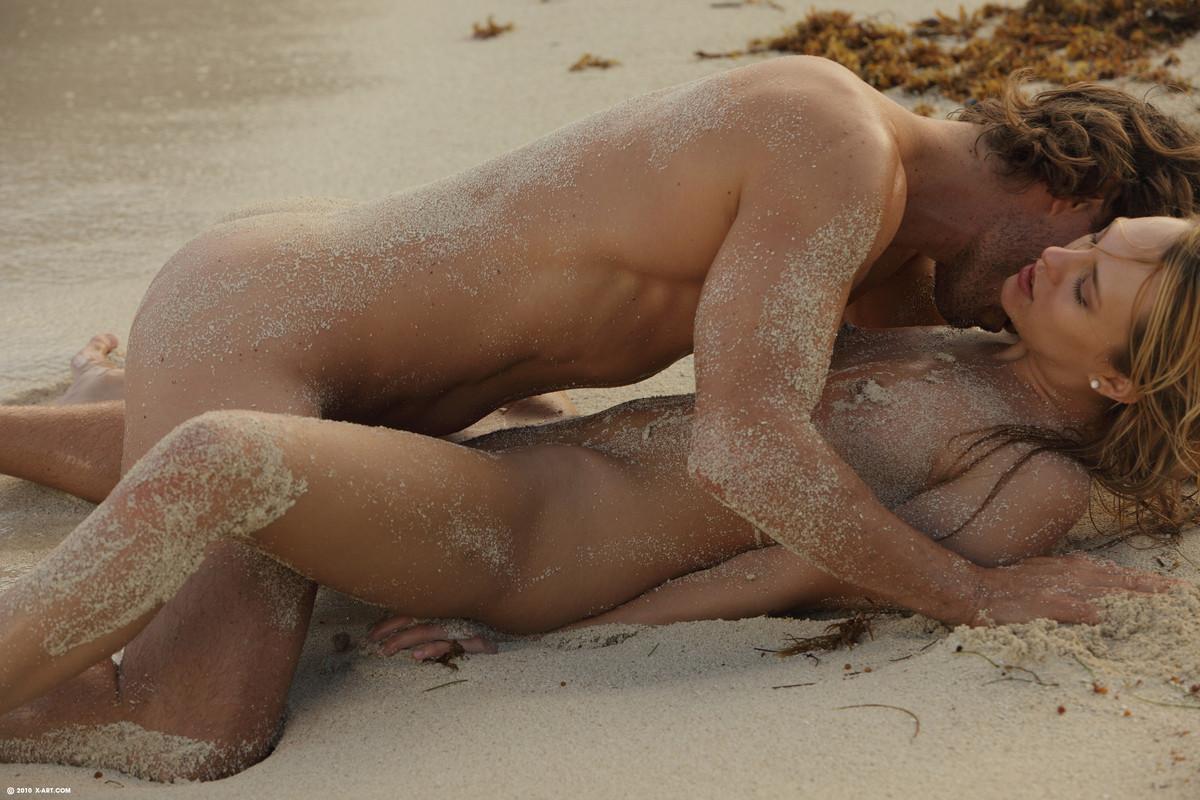 Голая красотка сосет прямо на пляже